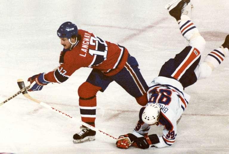 Hokej není procházka růžovou zahradou, a už vůbec ne pro klouby – své o tom ví i Wayne Gretzky