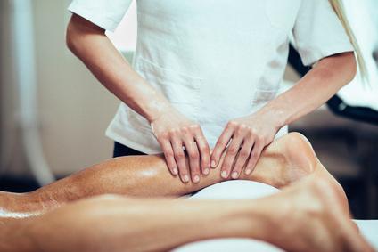 Po dlouhodobém stání, chození či po sportu padne výborně i masáž dolních končetin, která uvolňuje svalstvo, odstraňuje otoky a bolest, zlepšuje krevní oběh...